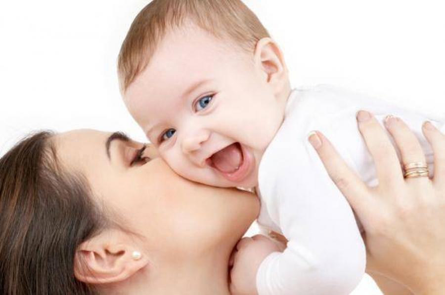 Một nụ hôn trên má có thể mang nhiều dịch bệnh