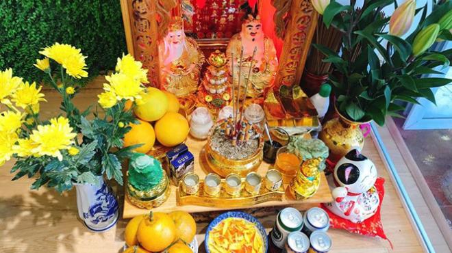 Đặt hoa cúc vàng lên bàn thờ thần tài trong ngày đầu tháng cô hồn