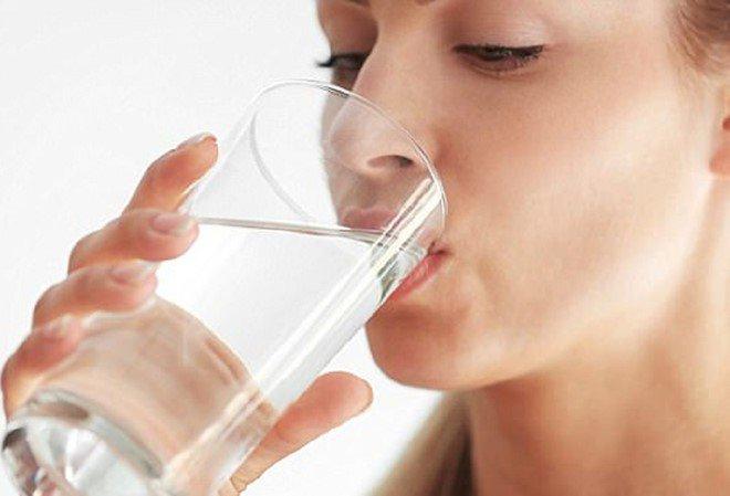 Uống một chút nước lọc trước khi đi ngủ