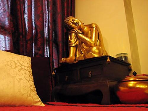 Trong nhà có tượng Phật khá lớn