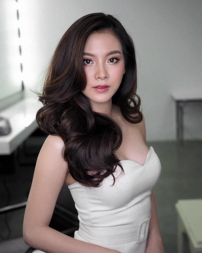 Còn đối với những cô nàng sở hữu mái tóc dài khỏe mạnh và ưa thích sự quyến rũ sang chảnh thì tóc layer xoăn lọn chính là sự lựa chọn hoàn hảo nhất