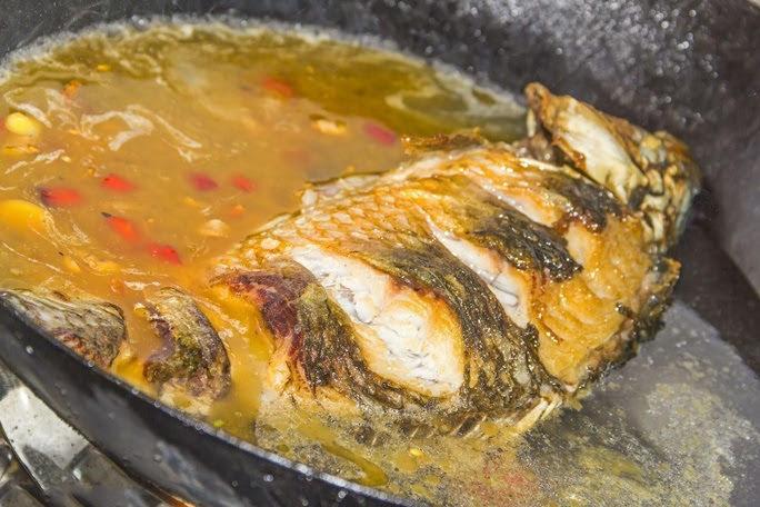 Không nên cho nhiều muối hoặc nước sốt khi rán cá