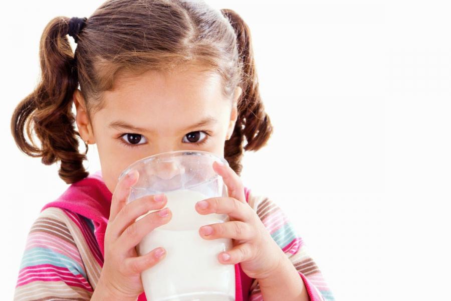Mẹ không nên cho bé uống sữa sau 21 giờ