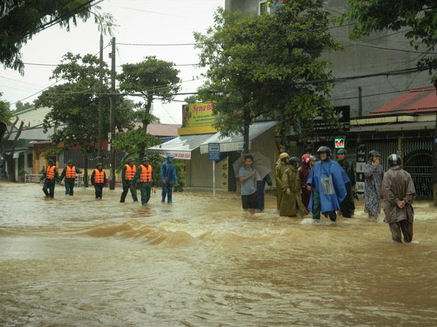 Người dan tỉnh Quảng Trị nhanh chóng sơ tán đến nơi an toàn