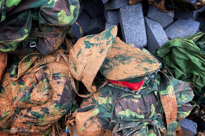 Quân phục của các chiến sĩ bỏ lại tại hiện trường vụ sạt lở (Ảnh: Vnexpress)