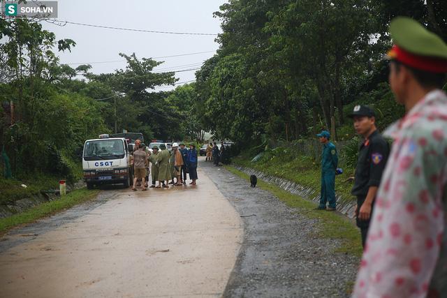Xe cứu thương đưa các thi thể nạn nhân ra khỏi hiện trường (Ảnh: Soha)
