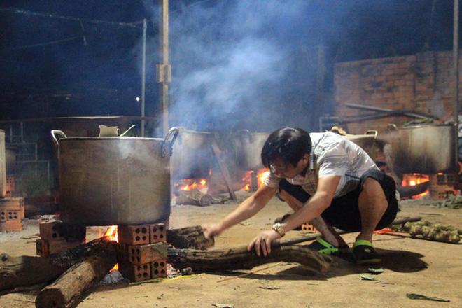Người dân Quảng Phú, Mgar, Đắk Lắk đã nấu hơn 2000 đòn bánh tét để gửi cho đồng bào miền Trung (Ảnh:Vietnamnet)