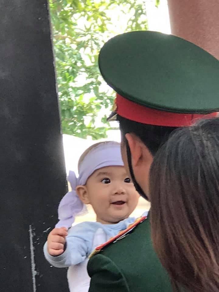 Cậu bé chỉ mới vài tháng tuổi bật cười tươi tắn. Em chưa thể hiểu được nỗi đau mất cha là như thế nào.