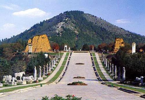 Càn Lăng, nơi an nghỉ của Võ Tắc Thiên và Hoàng đế Đường Cao Tông tọa lạc trên đỉnh núi Lương Sơn, nay trở thành công trình kiến trúc nổi tiếng thuộc huyện Càn, tỉnh Thiểm Tây, Trung Quốc