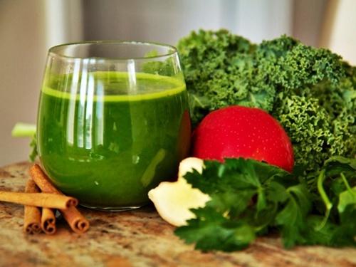 Đâu chỉ có nước ép cần tây, nước ép cải xoăn cũng giúp da đẹp và dáng thon  vô cùng
