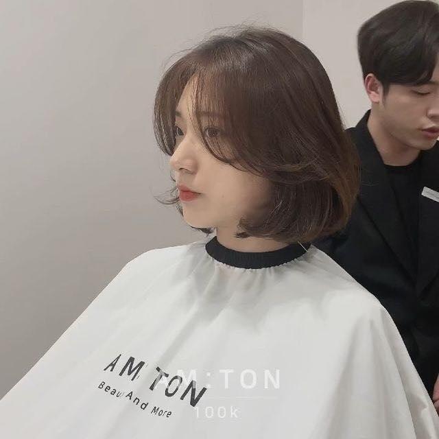 Mặt vuông nếu cắt tóc ngắn thì sẽ che được đến 50% khuyết điểm rồi, vậy nhưng để vẻ ngoài thêm phần xinh đẹp, ngọt ngào và trẻ trung thì bạn đừng quên uốn xoăn đuôi tóc hình chữ C nhé