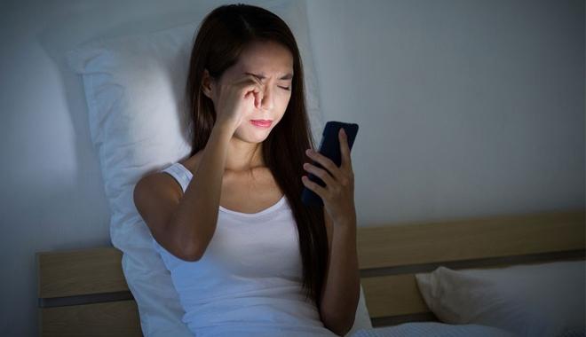 Sử dụng nhiều điện thoại trước khi đi ngủ