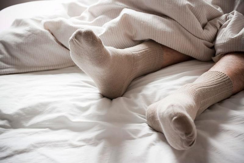 Đi tất suốt ngày đêm không tốt cho sức khỏe
