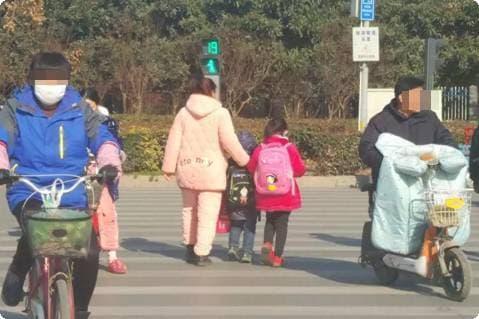 Thấy mẹ mặc đồ bộ đến trường, cô con gái 4 tuổi nói một câu ai cũng giật mình