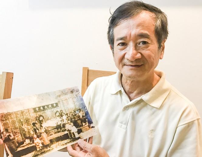 Ông Lý Thanh Liêm (cháu đời thứ 5)  bên bức ảnh cụ tổ Xường chụp kỷ niệm cùng vợ  con (Ảnh: Tiền Phong)