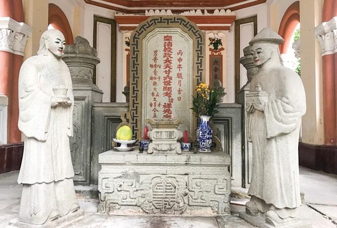 Kiều Thoại Hương và Lương Phước Thắng đứng trước nhà mồ canh giấc ngủ ngàn thu cho bá hộ Xường (Ảnh: Tiền Phong)