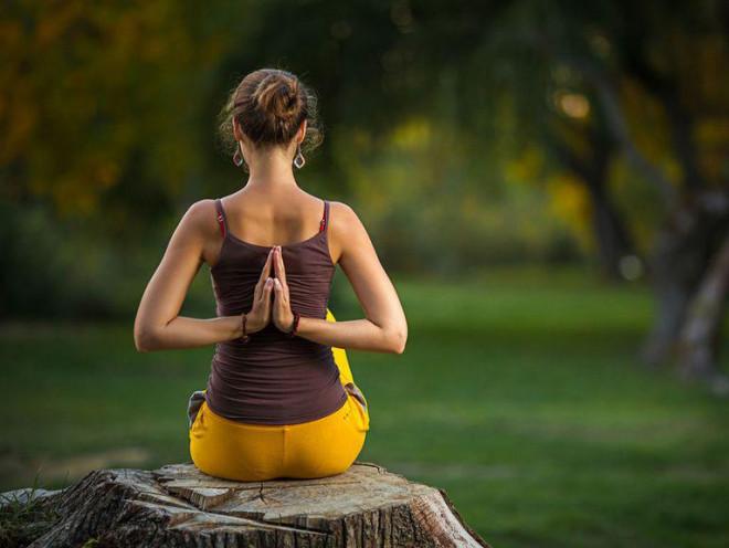 Tập thiền hay yoga buổi tối tốt hơn buổi sáng