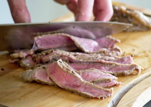 Nên dùng thớt thái thịt chín và thịt sống riêng