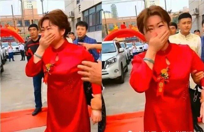 Ngày con dâu tái hôn, bà mẹ chồng khóc nức nở tiễn con lên tận xe  (Ảnh: QQ)