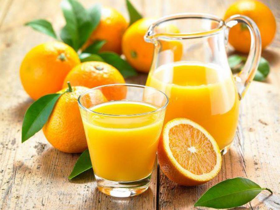Nước cam không nên cho bé uống trước khi đi ngủ