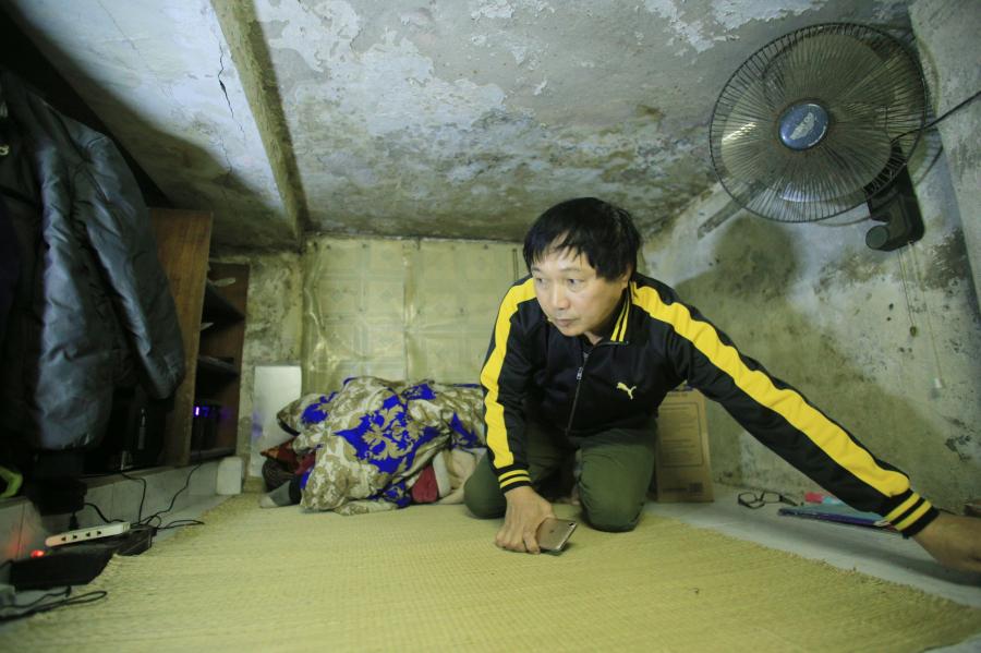 Mong muốn lớn nhất của ông là có một ngày được đứng thẳng trong ngôi nhà của chính mình (Ảnh: Dân Việt)