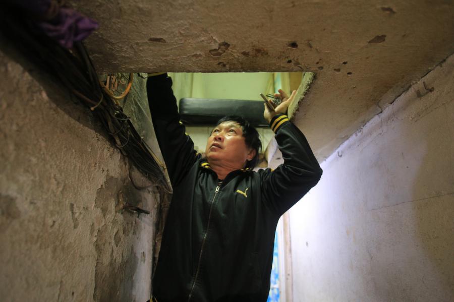 Để vào nhà, ông Xuân phải leo lên một cái thang  (Ảnh: Dân Việt)