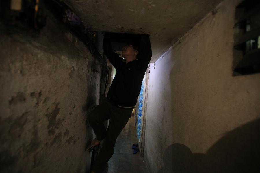 Lối đi vào chật hẹp  (Ảnh: Dân Việt)