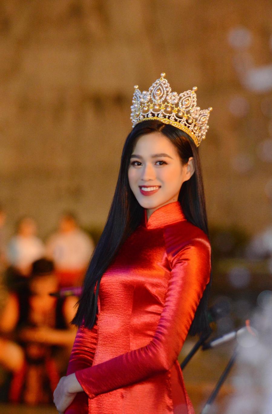 Đỗ Thị Hà gây sốt với khoảnh khắc xinh đẹp như Hoa hậu Thế giới Trương Tử Lâm và mỹ nhân Chương Tử Di
