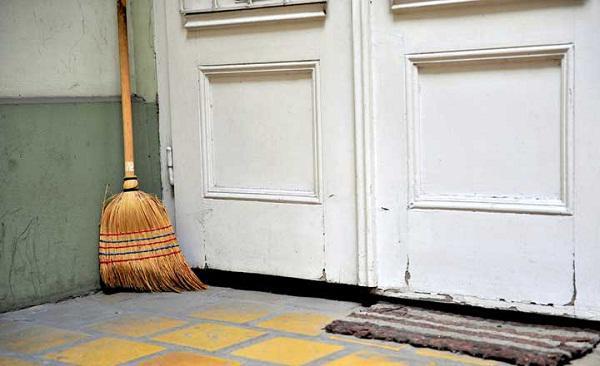 Phong thủy đặt chổi trong nhà