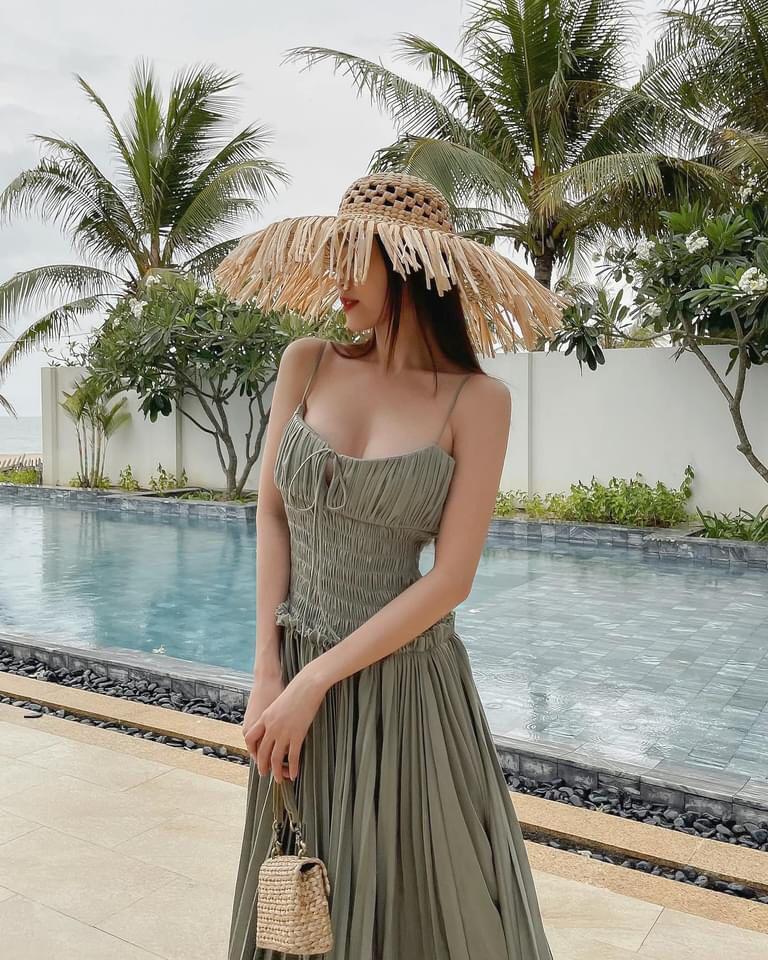 Ninh Dương Lan Ngọc bắt trend tông màu xanh lá khoe ngực căng đầy, eo thon dáng chuẩn