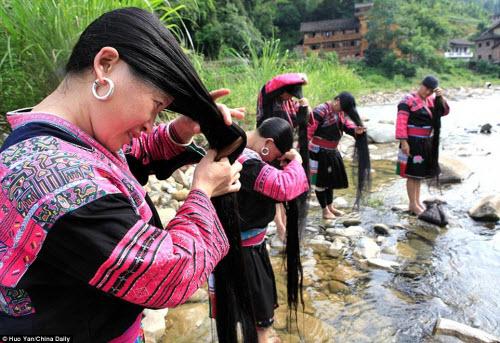 Những phụ nữ Dao chỉ cắt tóc một lần trong đờ, trước khi lấy chồng (Ảnh Internet)