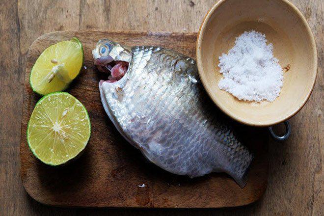 Dùng rượu trắng, chanh muối làm sạch cá