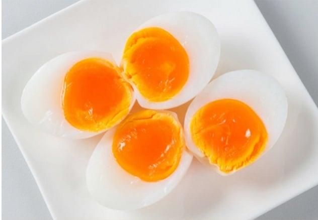 Không cho trẻ ăn trứng lòng đào