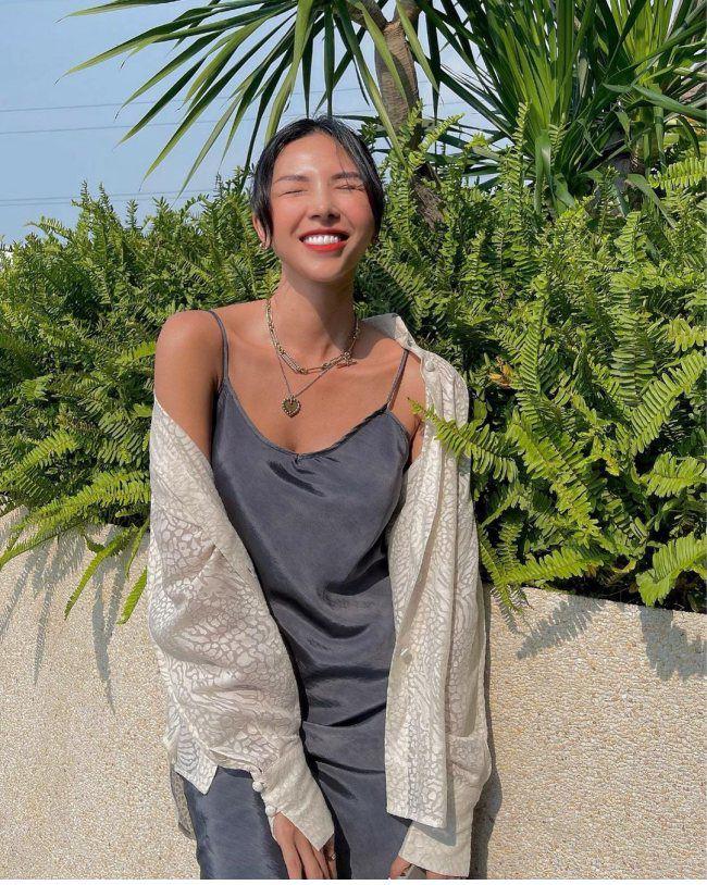"""Loạt chị đẹp U40 kết hợp cho outfit ngày hè """"đỉnh của chóp"""" với chiếc áo sơ mi quen thuộc"""