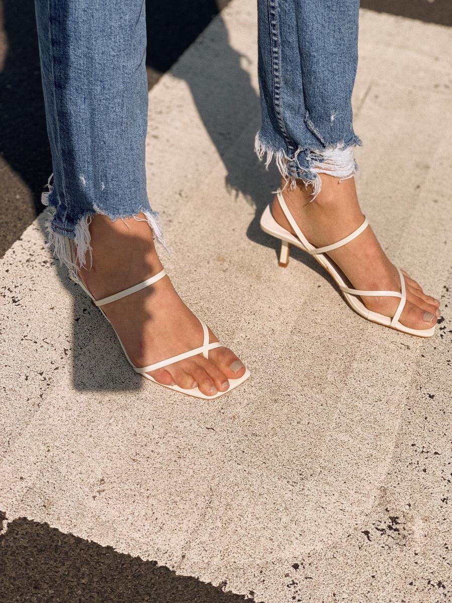 Đây chính là kiểu giày dép làm lộ chân đen nhẻm, thô kệch dưới nắng hè