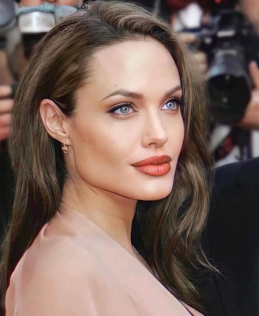"""Bật mí bí quyết làm đẹp của """"Tiên hắc ám"""" Angelina Jolie để luôn quyến rũ tuổi U50"""