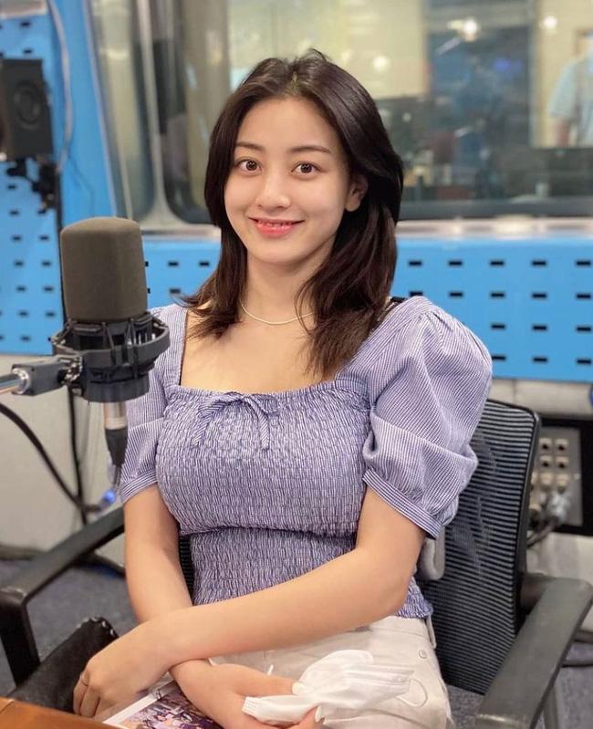 Rosé và Jihyo gơi ý mẫu áo blouse sang xịn mịn khoe được vẻ gợi cảm