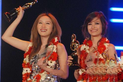 Bức ảnh 'huyền thoại' Vbiz với loạt gương mặt đình đám, fan tiếc nuối cho tình bạn đẹp của Đông Nhi và Bảo Thy