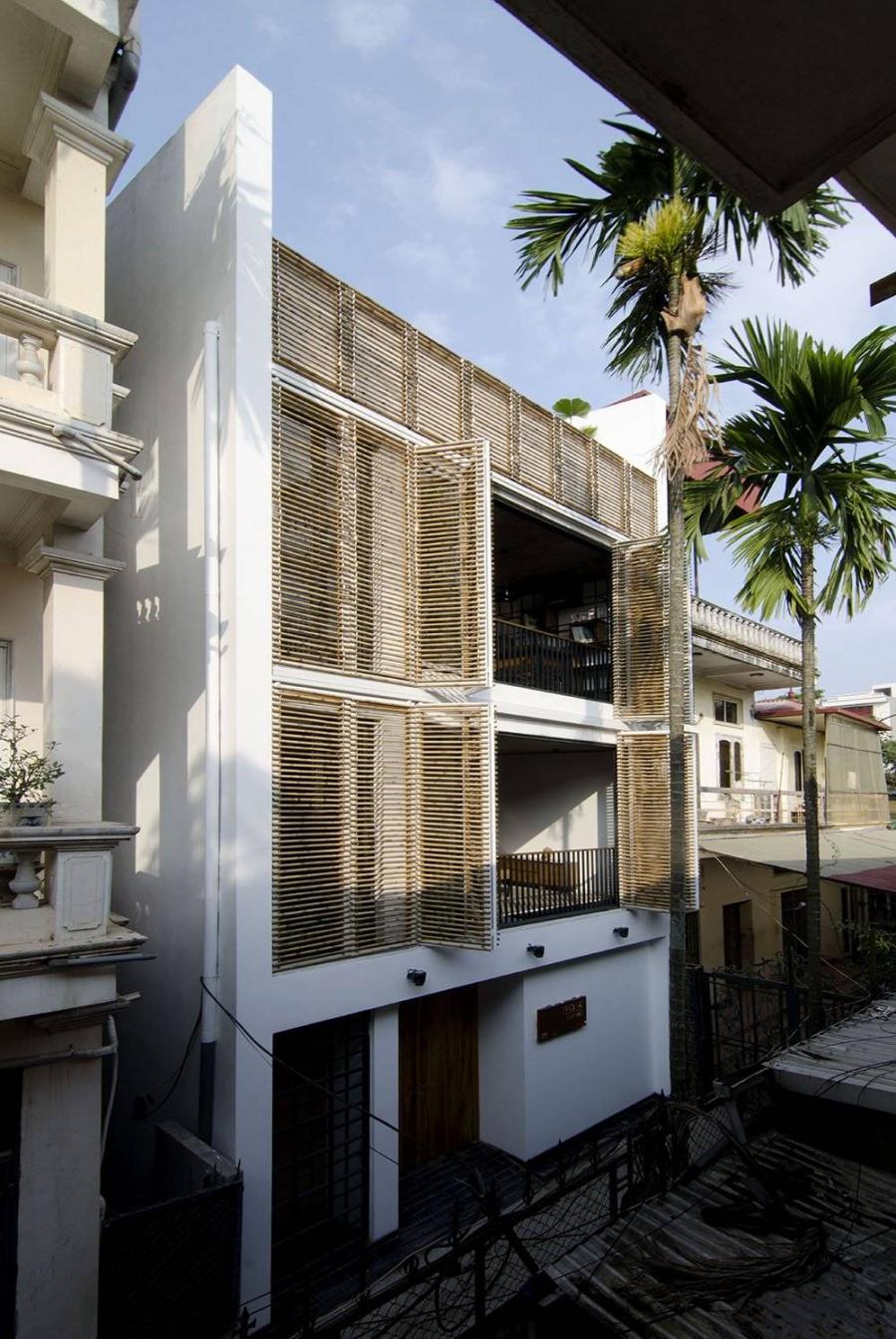 Một căn nhà sử dụng 2 lớp tường. Lớp trong là cửa kính cách âm và nhiệt, lớp ngoài là tre đã qua xử lý mối mọt, nấm mốc, giảm tác động của ánh nắng chiếu vào ngôi nhà.