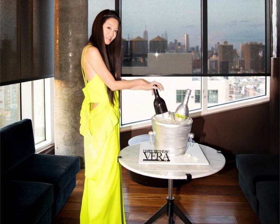 Vera Wang đã lựa chọn đúng thiết kế tôn trọn vẻ đẹp hình thể không mỡ thừamột cách tinh tế nhất.