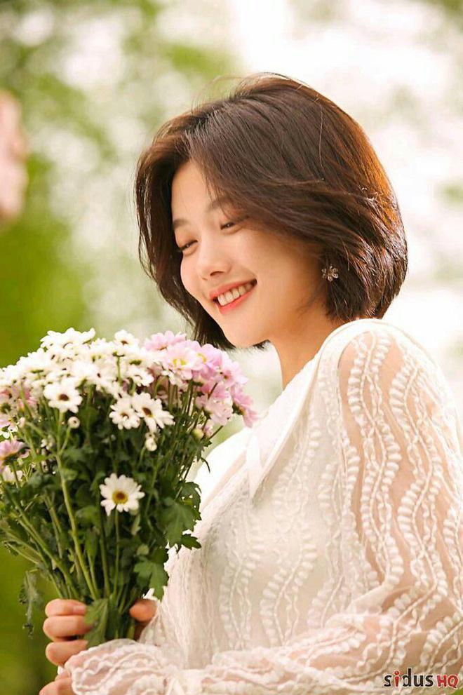 8 năm sau thành công củaShe Was Pretty, tạo hình tóc pixie sành điệu của Go Jun Hee vẫn luôn được đông đảo khán giả nhớ đến, thậm chí còn lấy luôn tên của Jun Hee đặt tên cho kiểu tóc này. Để tóc dài và nhuộm màu tối, cô nàng không để lại quá nhiều ấn tượng trong lòng khán giả.