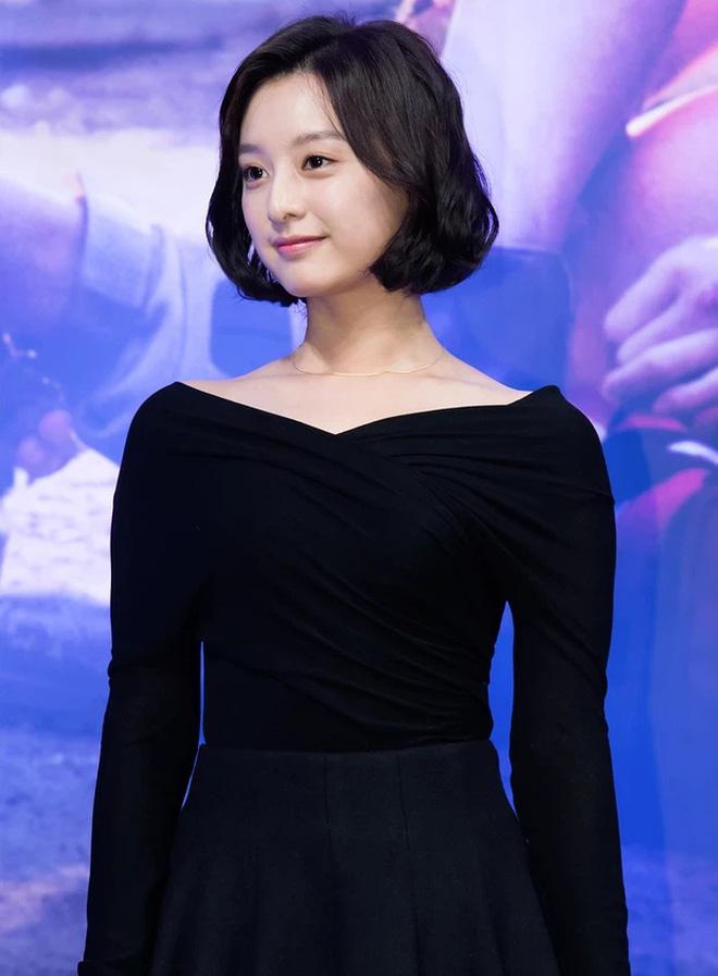 Trước siêu phẩmHậu Duệ Mặt Trời, Kim Ji Won đã từng để lại dấu ấn về một nàng tiểu thư nhà giàuđể tóc duỗi thẳng với mái bằng mannequin. Đến vớiHậu Duệ Mặt Trờivà cắt tóc ngắn, Kim Ji Won mới để tóc bob và hơi uốn cúp phần đuôi, còn ngoài đời thì nữ diễn viên uốn xoăn một chút để làm điệu thêm.