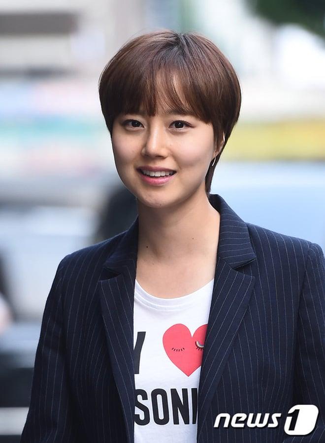 Moon Chae Won khi cô để tóc dài, nhuộm nâu, rẽ mái 7:3 thướt tha vì khi chuyển qua tóc ngắn. Vì tóc ngắn làm sự sáng sủa của cô bị phần mái che khuất, chưa kể khuôn mặt của cô trông tròn trịa hơn hẳn.