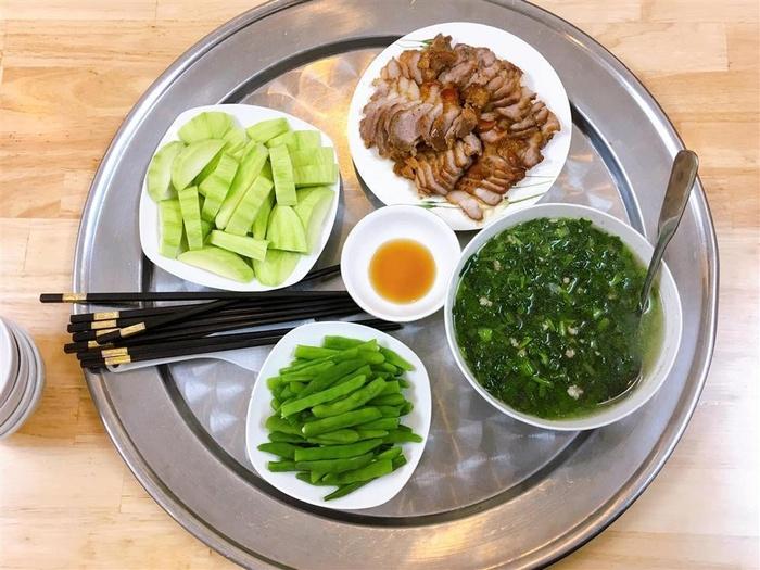 Cảnh cải thịt băm, đậu cove luộc, thịt xá xíu, xoài xanh.
