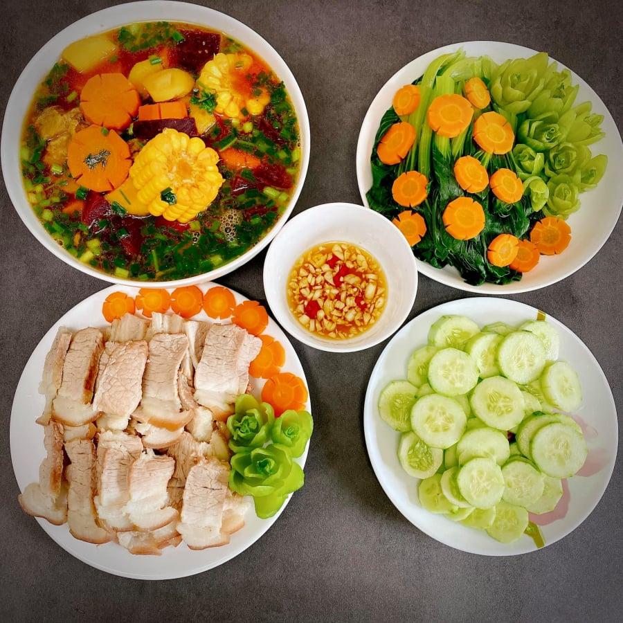 Thịt ba chỉ luộc ăn kèm dưa leo, canh sườn nấu rau củ thập cẩm, rau cải luộc.