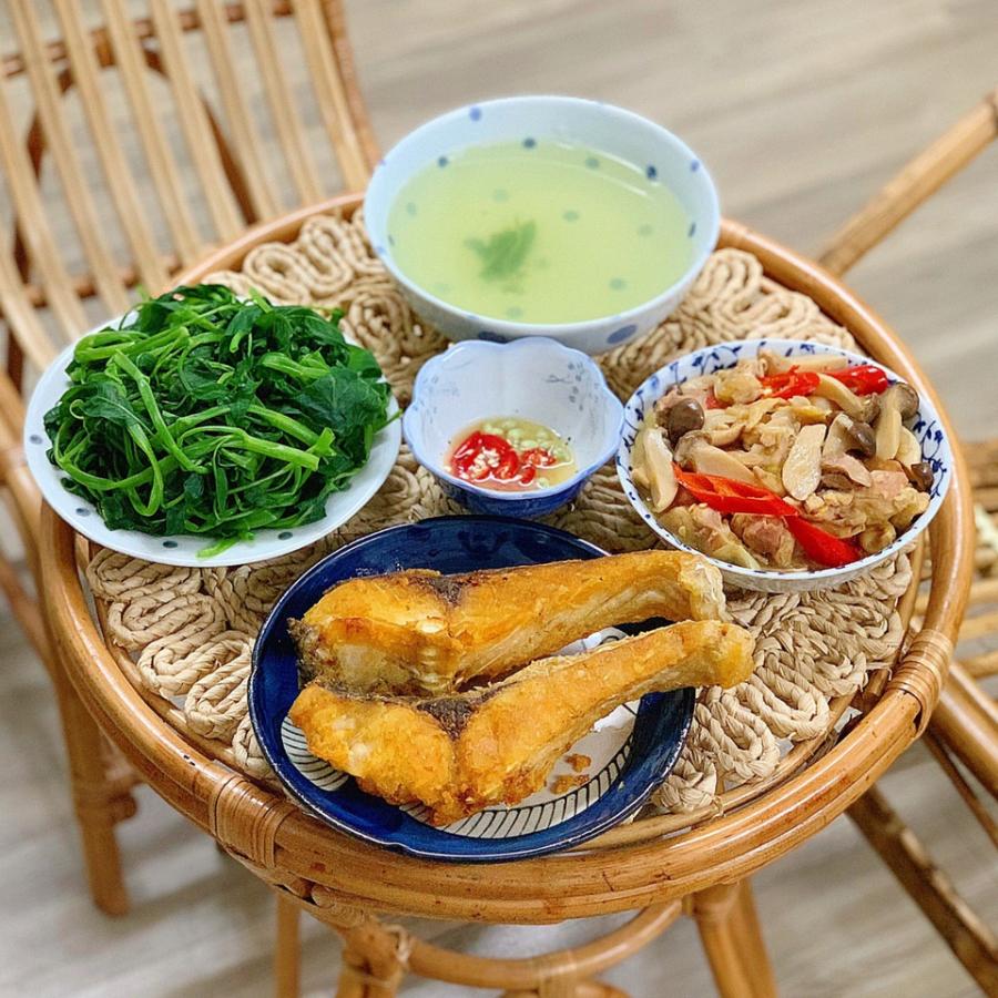 Rau muống luộc, nước canh rau muống vắt canh, gà xào nấm, cá rán.