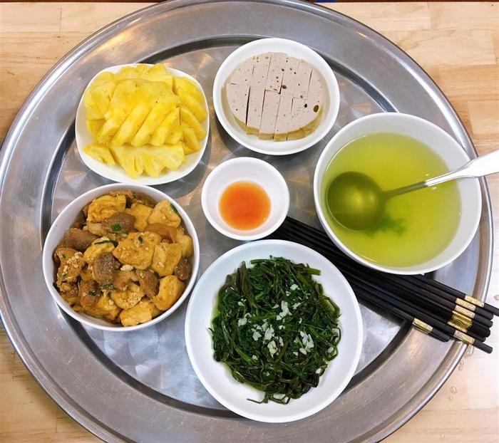 Rau muống xào tỏi, nước canh rau muống luộc, thịt ba chỉ kho đậu, giò lụa, tráng miệng bằng dứa tươi.