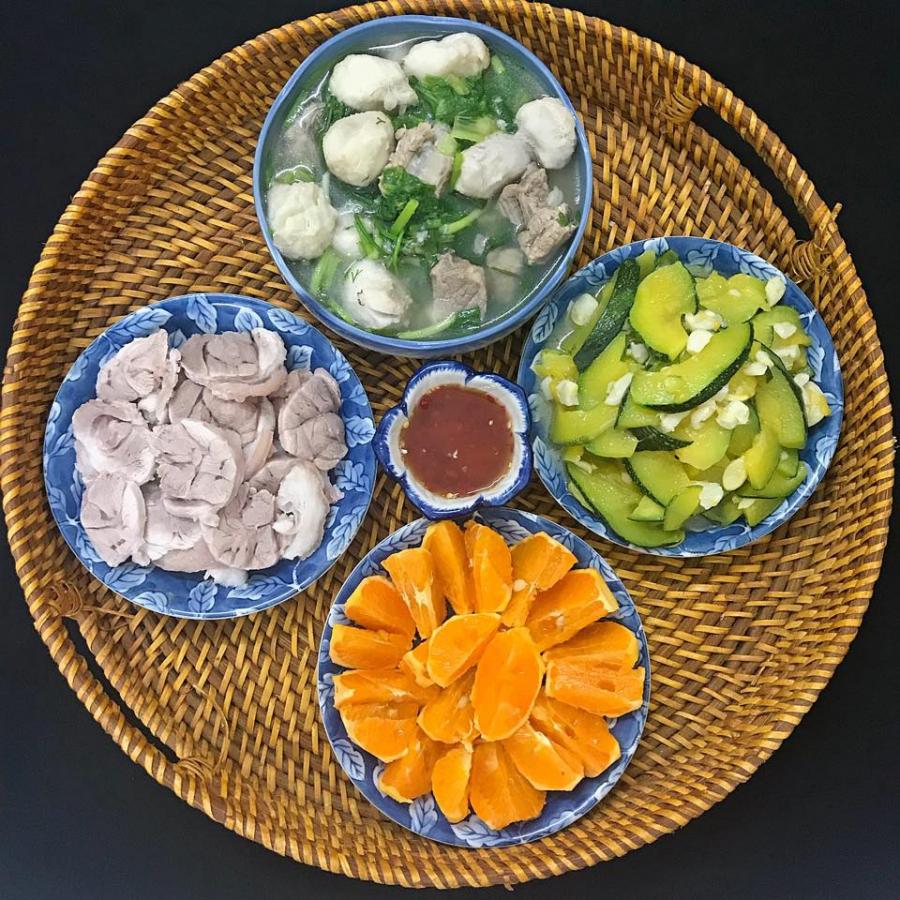 Thịt chân giò luộc chấm tương, canh khoai sọ nấu xương và rau cải, bí non xào tỏi, cam.