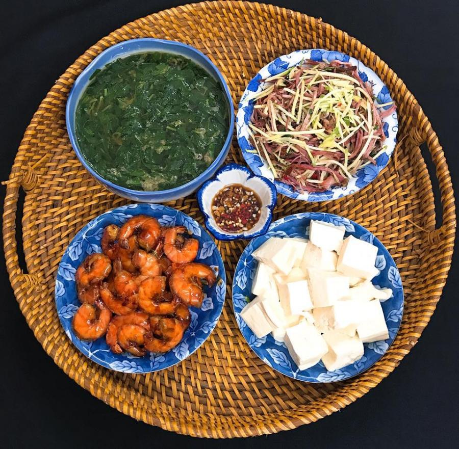 Tôm rim mặn ngọt, thịt lợn hun khói xé nhỏ trộn xoài xanh, đậu phụ luộc chấm xì dầu tỏi ớt, canh rau đay,