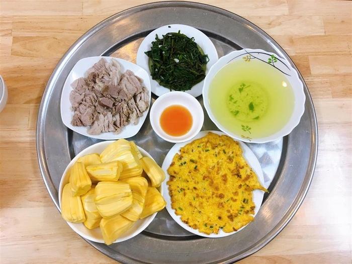 Rau muống xào tỏi, thịt luộc, trứng chiên, mít.